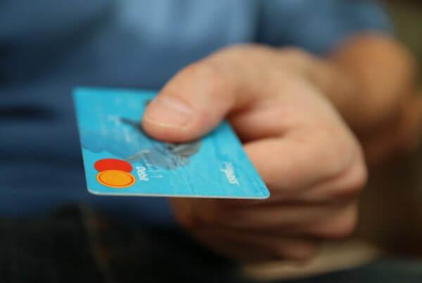 person som håller i bankkort